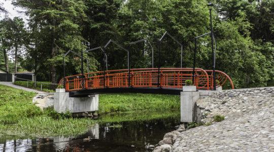Пешеходный мост в парке Teemant